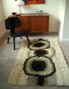 Example of a felted raw fleece rug Mid-century Interior, Interior And Exterior, Vintage Rugs, Vintage Decor, Rya Rug, Latch Hook Rugs, Rugs On Carpet, Carpets, Creative Textiles