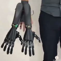 CLICK This is device that will give people a robotic third hand.