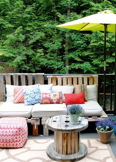 A Summer Essential For The Patio Or Deck An Outdoor Pallet Sofa Easy To Make And Costs Less Than 5 Dollars