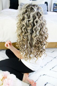 Watch this beautiful natural looking voluminous tight curls tutorial to add some texture and volume to your look! Get the look now! Natural curls, small curls, bouncy curls, tutorial, blonde hair. Hair tutorial, hairstyles.