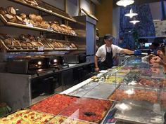 Um pouquinho do recém inaugurado Mercado Centrale, na Estação Termini. #roma #rome #receitaitaliana #receitas #receita #recipe #ricetta #cibo #culinaria #italia #italy #cozinha #belezza #beleza #viagem #travel #beauty #mercatocentrale #mercatocentraleroma #mercado #market #restaurante #restaurant #bonci #trapizzino #beppeeisuoiformaggi #cibodistrada #streetfood #termini