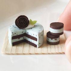 本当に進まない毎日です٩(๑꒦ິȏ꒦ິ๑)۶ . お待たせしている方には申し訳ないです(´;ω;`) . #ケーキ #フェイクスイーツ #フェイクフード #ミニチュア #ドールハウス #ハンドメイド #ポリマークレイ #チョコミント#薔薇 #rose #dollhouse #handmade #polymerclay #clay Clay Miniatures, Dollhouse Miniatures, Clay Food, Cold Porcelain, Mint Chocolate, Sweet Desserts, Miniature Food, Cake Recipes, Cheesecake