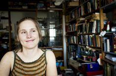 """Annikin runofestivaalin tämän vuoden teema on """"Leikin varjolla"""". Festivaali tutkii teeman kautta kirjallista iloa, leikkiä ja kokeilevuutta. Annikinkadun puutalokorttelin sisäpihalla järjestettävä festivaali on kasvanut yhdeksi Suomen merkittävimmistä kirjallisuustapahtumista. Tänä vuonna festivaalilla esiintyvät muun muassa virolainen Hasso Krull, yhdysvaltalainen Ron Whitehead, Sirkka Turkka, Olli-Pekka Tennilä ja Kari Peitsamo."""