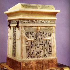 Ce coffre en albâtre renfermait les vases canopes de Toutankhamon. Bonne journée