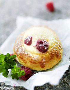 Sweet bun with custard and raspberries. Kotivinkki www. Sweet Buns, Custard, Doughnut, Camembert Cheese, Cake Recipes, Raspberry, Dairy, Sweets, Baking