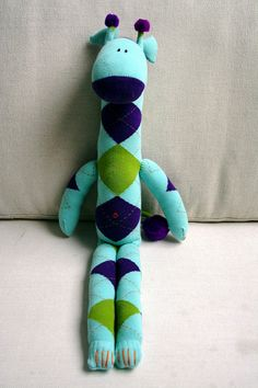 oh cute! again on the list! For years I've been planning to stock my much neglected etsy shop. Currently I'm working on sock monkeys and other sock critters which will be available soon. This is the first sock giraffe I made (I used my own pattern). Sewing Toys, Sewing Crafts, Sewing Projects, Sewing Ideas, Sock Monkey Pattern, Tricot D'art, Sock Dolls, Rag Dolls, Craft Ideas