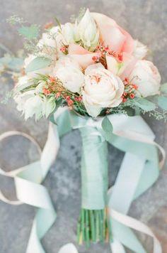 Es importante que el ramo tenga flores con los colores de verde azulado y melocotón.
