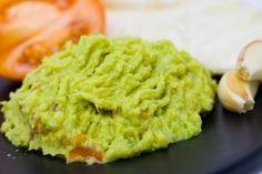 Guacamole este un aperitiv delicios. Aceasta salata se prepara din avocado, ceapa, usturoi si condimente.