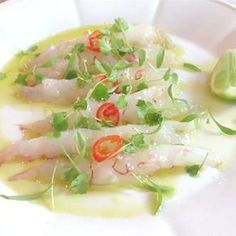Crudo di scampi reali con dressing al lime No Cook Appetizers, Finger Food Appetizers, Finger Foods, Cold Dishes, Fish Dishes, Seafood Dishes, Fish Recipes, Gourmet Recipes, Cooking Recipes