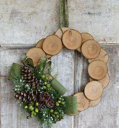 Bekijk de foto van decoratietakken-nl met als titel Krans met houtschijfjes. Houtschijfjes verkrijgbaar op webshop Decoratietakken en andere inspirerende plaatjes op Welke.nl.