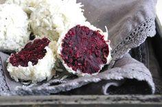 Truffes red velvet avec un enrobage chocolat blanc et noix de coco pour avoir un extérieur duveteux et rappeler les Raffaello.