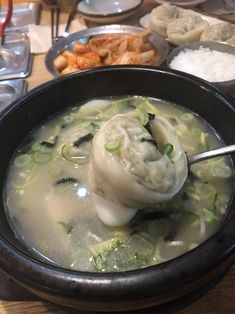[KFP] Seolleongtang with Mandu & Ddeok (설렁탕) From here Korean Food, Soup, Ethnic Recipes, Korean Cuisine, Soups