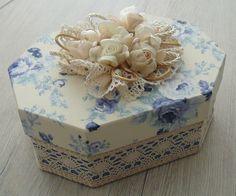 Linda caixa de bijuterias para você presentear neste Natal. Caixa em mdf revestida com tecido 100% algodão. Apliques em rosas de cetim e organza. Detalhes em renda. R$ 70,00