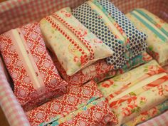 Sewing Bags Retro Well the mother's day stall is next week and in true last minute spirit I have been making tissue holders for the stall. I couldn't find the old pattern I had used in the past but on pi… Fabric Crafts, Sewing Crafts, Sewing Projects, Car Tissue Holder, Tissue Boxes, Fete Ideas, Craft Stalls, Mothers Day Crafts, Sewing Hacks