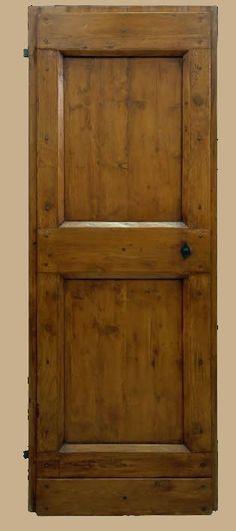 Riproduzione di una porta del '600 realizzata in abete di patina. (Area Umbro Toscana)