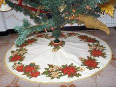 Tree Skirt ~ Instructions * Corner of Siry * Crafts: Christmas Christmas Time, Christmas Crafts, Christmas Decorations, Holiday Decor, Christmas Ideas, Felt Crafts, Diy And Crafts, Xmas Tree Skirts, Snowman
