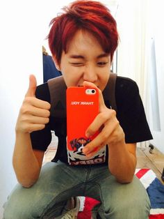 Hoseok thanking a friend for the phone case.  :)