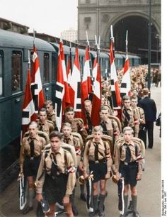 La joventut Hitleriana amb uniformes: El fet de que els joves que s'estaven entrenant per formar part del partit nazi portessin uniforme representava una exaltació de la violència (uniforme = guerra = violència ) i de l'orgull de que les noves generacions formessin part del moviment