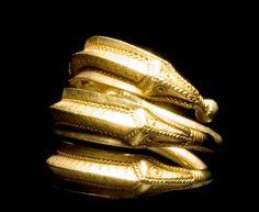 """Kvinden fra Himlingøje. En velhavende kvinde fra Himlingøje er udstillet i sin grav i udstillingen Danmarks Oldtid på Nationalmuseet. Den fornemme kvinde havde fået kostbare sager med sig i graven. Hun var 40-50 år, da hun døde. Med i graven fik hun et dragtspænde, en såkaldt fibula, med runeindskriften """"widuhudaR""""- et mandsnavn. Måske var det navnet på den sølvsmed, der havde lavet spændet, eller på den mand, der havde givet kvinden det? Yderligere fik hun også fem mindre sølvspænder med…"""