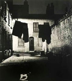 Bill Brandt. Alley in Bermondsey 1937 (scanned: fr the book: 'A night in London 1938')