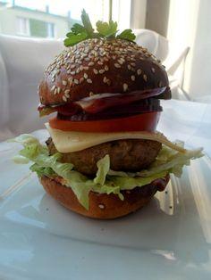 Domowy burger z mięsem wołowym i różnymi pysznymi dodatkami