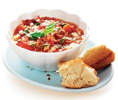 Denna mustiga tomat- och paprikasoppa går ofta hem hos barnen. Matig blir den med risoni, pastasorten som ser ut som ris! Men du kan även bryta spagehtti i mindre bitar.