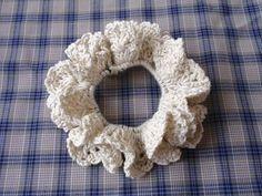 余りのコットン糸で簡単でかわいいシュシュを作りたくて考えました。 松編みのまあるくカーブしたフリルがポイントです。