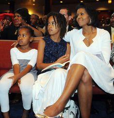 Michelle Obama CHICAGO- JUNE (L-R) Sasha Obama, Malia Obama and Michelle Obama listen to (then) Democratic Presidential hopeful Barack Obama . Barrack And Michelle, Michelle And Barack Obama, Barack Obama Family, Malia Obama, Obama Daughter, First Daughter, Mother Daughters, Joe Biden, Durham