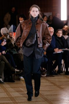 Lemaire Fall 2018 Ready-to-Wear Fashion Show Collection: See the complete Lemaire Fall 2018 Ready-to-Wear collection. Look 21 Lambskin Leather Jacket, Vintage Leather Jacket, Calf Leather, Vogue Paris, Fall Fashion Trends, Winter Fashion, 80s Fashion, Fashion Brands, Lemaire