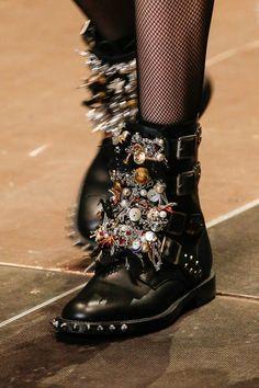 Yves Saint Laurent, Mode Punk Rock, Estilo Punk Rock, Fashion Mode, Fashion Shoes, Womens Fashion, Paris Fashion, Runway Fashion, High Heels