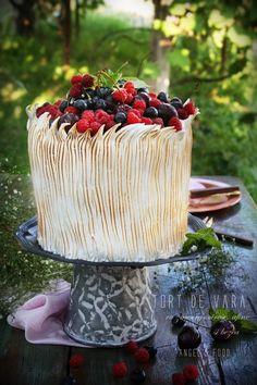 Angel's food: Tort de vara cu zmeura, cirese, afine si bezea