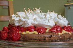Letztes Jahr habe ich eine Himbeer-Baiser-Torte gemacht. Dieses Jahr nun ein andere Variante mit Erdbeeren und Vanille-Pudding. Zutaten Tortenboden (26cm) 100g Halbfett-Margarine 70g Zucker Prise S…