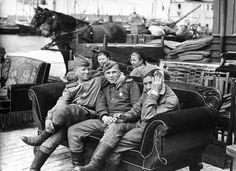 Советские солдаты отдыхают на диване... Остров Борнхольм. Дания. Май 1945 года.