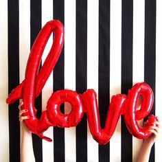 Love mylar rouge pour déclarer sa flamme à l'occasion de la St Valentin. A retrouver sur www.rosecaramelle.fr #love #mylar #deco #fete #party #mariage #wedding #stvalentin #valentine #amour #decoration