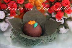 Forminha decorativa para doces finos, em tecido, medidas: base para o docinho 3cm, largura total 8cm , cor verde musgo. R$ 0,74