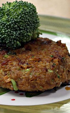 Vegan Chickpea Brown Rice Burgers - Dump and Go Dinner My family loves homemade veggie burgers, and we're always looking for new ways to create the patties. This version includes chickpeas, brown rice, broccoli, and onion. Vegetarian Freezer Meals, Vegan Vegetarian, Vegetarian Recipes, Healthy Recipes, Homemade Veggie Burgers, Veggie Recipes, Whole Food Recipes, Burger Recipes, Onion Recipes