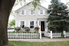 CURB APPEAL – another great example of beautiful design. Habitually Chic, Chic in Sag Harbor by Bloom. Cozy Cottage, Cottage Homes, Cottage Style, Farmhouse Style, Little Cottages, White Picket Fence, Picket Fences, Exterior Paint Colors, Sag Harbor