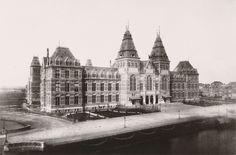 Rijksmuseum gezien vanuit het noordoosten in 1885. Foto uitgegeven ter gelegenheid van opening Rijksmuseum op 13 juli 1885.