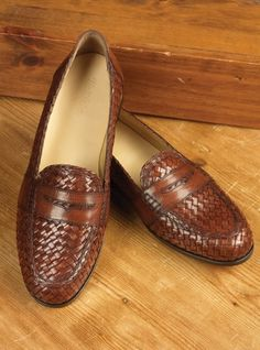 A pair of woven leather shoes that lets air flow trough the openings. These are a pair of woven loafers in chestnut.