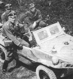 "Les volontaires suédois ""SS-Kriegsberichter"", le ""SS-Obersturmführer"" Carl Svensson (1er rang) et le ""SS-Untersturmführer"" Gösta Borg (siège AR) dans une Schwimmwagen"