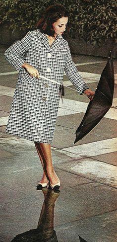 La modelo Julie Christine fotografiada en Roma vestida de Chanel Vogue Francia - Febrero 1970
