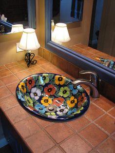 Mueble mexicano. Lavabo decorado a mano
