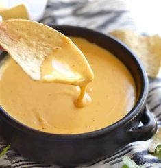 Cheese sauce recipe 2 tablespoons butter 2 tablespoons flour 1 cup ml) milk 1 and a half ml) yellow cheddar cheese a pinch of salt a pinch of chili powder faciles gourmet de cocina de postres faciles pasta saludables vegetarianas Homemade Coconut Cake Recipe, Homemade Cheese Sauce, Homemade Cakes, Best Chili Recipe, Chili Recipes, Sauce Recipes, Meat Recipes, Sauce Cheddar, Healthy Recipes