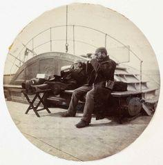 IlPost - Due uomini sul ponte di una nave, 1890 circa National Media Museum – Kodak Gallery Collection via National Media Museum - Due uomini sul ponte di una nave, 1890 circa National Media Museum - Kodak Gallery Collection via National Media Museum