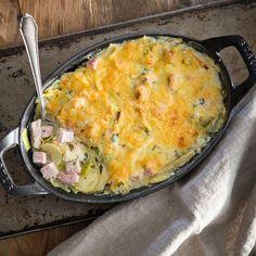 Wenn du ein schnelles Gericht suchst, das aber umso leckerer schmeckt, mach dir flink ein Kartoffel-Lauch-Kassler Gratin. Das schmeckt einfach immer gut!
