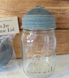 Fantastic mason jar hacks are offered on our site. Read more and you will not be sorry you did. Mason Jar Wine Glass, Mason Jar Diy, Mason Jar Crafts, Glass Bottles, Diy Home Decor Projects, Diy Projects To Try, Craft Projects, Light Bulb Vase, Jar Chandelier