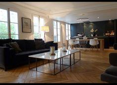 Pour le ton du parquet (miel) pour l'idée du marbre gris clair en table de salle à manger (plutôt qu'en table basse) - Par contre gris au mur trop foncé et pas de bois clair dans la pièce à part le parquat