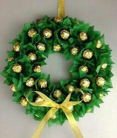 Chocolate bouquet diy ferrero rocher gift ideas 15 new ideas Christmas Presents For Nanas, Christmas Gift Decorations, Diy Christmas Gifts, Christmas Wreaths, Candy Crafts, Holiday Crafts, Ferrero Rocher Gift, Ferrero Rocher Bouquet, Chocolate Bouquet Diy