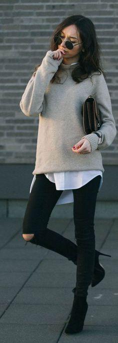 Le Jean noir avec un pull beige  col cheminée et une chemise blanche oversize