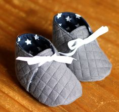 Je trouve les chaussons pour bébé hors de prix et pourtant j'aimerais bien… I find the baby booties overpriced and yet I would like my shrimp to come, especially when we go get his big brother to the eco Baby Couture, Couture Sewing, Baby Sewing Projects, Sewing For Kids, Sewing Clothes, Diy Clothes, Crochet Baby Shoes, Shoe Pattern, Baby Kind